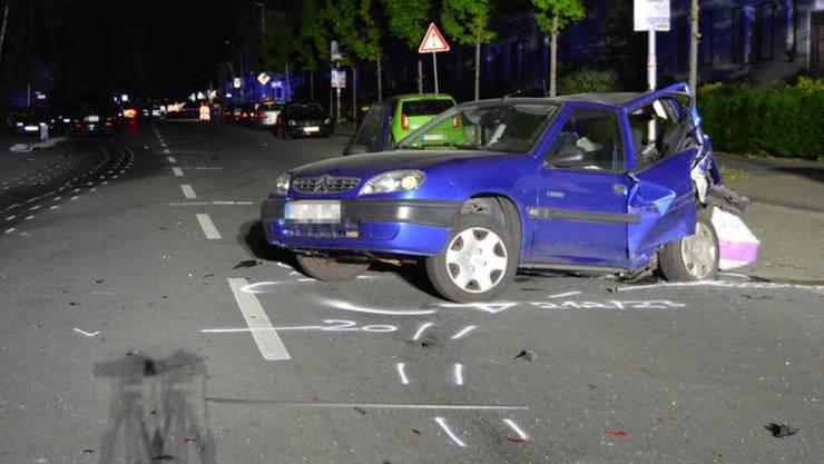 Die Unfallstelle befindet sich in der Nähe einer Kreuzung.