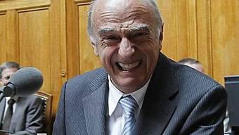 Hans-Rudolf Merz lacht während Fragestunde