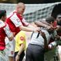 Goalie Jens Lehmann avancierte zu Arsenals Matchwinner, der auch von Philippe Senderos (Zweiter von links) bejubelt wurde