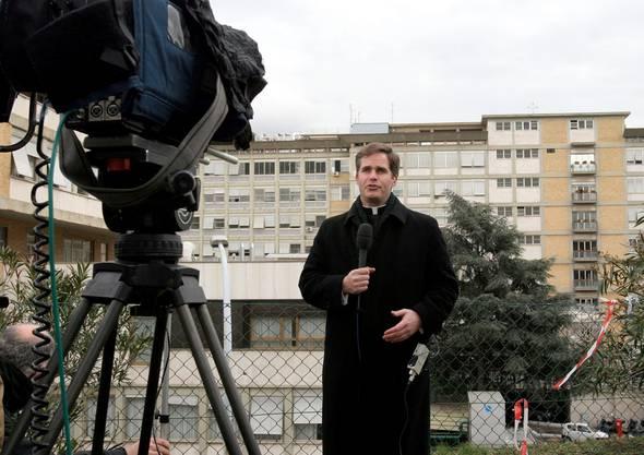 Thomas Williams berichtete 2005 für das US-Fernsehen über die Hospitalisierung von Papst Johannes Paul II. aus Rom. Williams war damals Vorsteher des Theologischen Instituts an der Päpstlichen Universität «Regina Apostolorum».