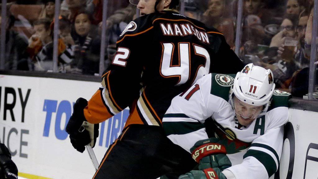 Kein Vorbeikommen für Minnesota-Stürmer Zach Parise an Anaheim-Verteidiger Josh Manson: Die Wild stecken in der Klemme und kassieren gegen die Anaheim Ducks bereits die fünfte Niederlage in Serie