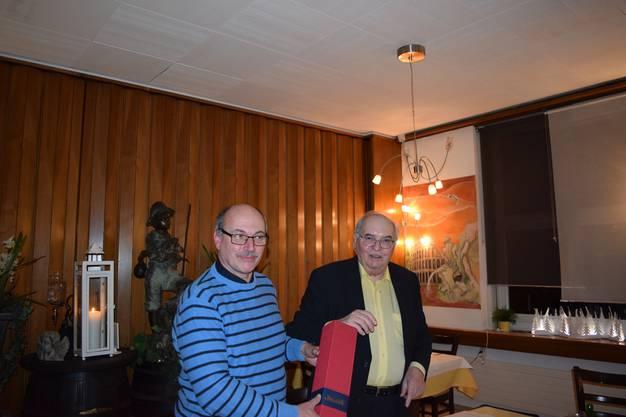 Christoph Ackermann überreicht dem Präsidenten Koni Burri eine Flasche Wein für guten Probenbesuch