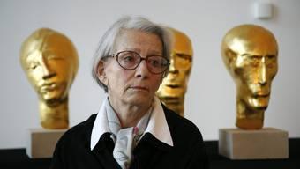 Eva Aeppli mit ihrem Werk «Die Zehn Planeten» (1975/1976) im Museum Tinguely am 24. Januar 2006.
