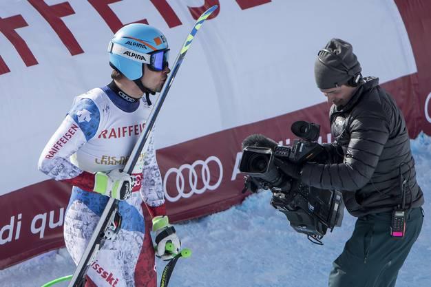 Patrick Küng herzt seine Ski, die ihm den vierten Platz einbrachten.