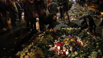 Menschen trauern um die Opfer der Terror-Anschläge in Paris. Zwei der Attentäter waren nach Auskunft der französischen Staatsanwaltschaft gemeinsam über Griechenland in die EU gereist.