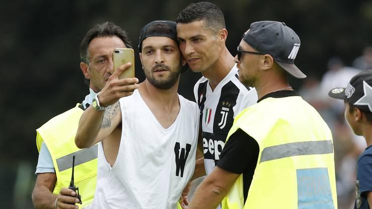 Die Sicherheitsleute haben bei Juves Freundschaftsspiel mit Cristiano Ronaldo alle Hände voll zu tun.