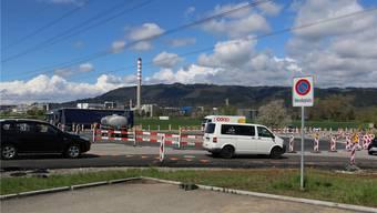 Der definitive Kreisel entsteht im Zentrum des Hilfskreisels, über den der Verkehr derzeit durch den Knotenpunkt geleitet wird. dka