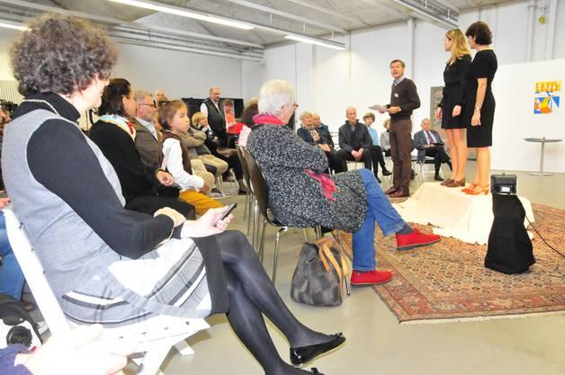 Stiftungsratspräsident Philipp Abegg erläutert an der «Modenschau» Modelle aus der Damen-Produktion.