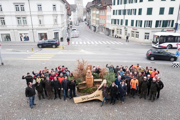 Übergabe Unterschriften Volksinitiative «JA! für euse Wald»: Gruppenbild auf dem Aargauerplatz.