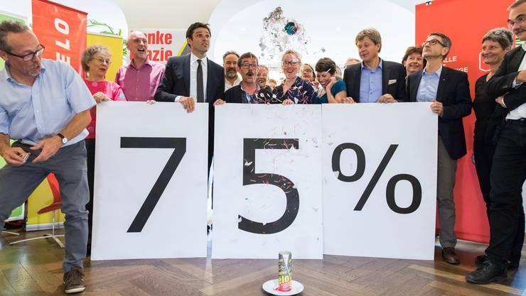 Das Komitee «Bundesbeschluss Velo Ja» mit SP-Nationalrat Matthias Aebischer (mit Krawatte) feiert am 23. September 2018 den klaren Abstimmungssieg.