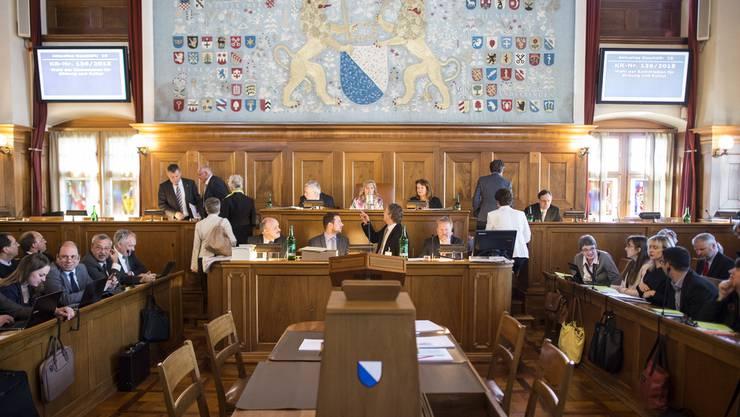 Im Rathaus am Limmatquai können die Abstandsregeln unmöglich eingehalten werden. Deshalb weicht der Kantonsrat auf eine Messehalle in Oerlikon aus. (Archivbild)