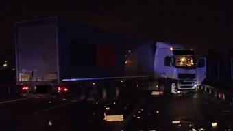 Hoher Sachschaden bei Unfall auf A1 bei Spreitenbach: Lastwagen donnert in Aufprallfahrzeug