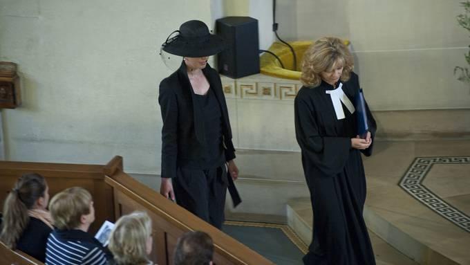 In der Zürcher Kreuzkirche wird am Freitagvormittag dem  legendären Schauspieler Walter Roderer gedankt. Nebst seiner umstrittenen  Grossnichte und Witwe Anina Stancu-Roderer erweisen zahlreiche Freunde und Fans  Rodi die letzte Ehre.