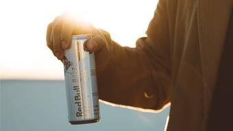Ein Energydrink à 250 Milliliter enthält 25 bis 30 Gramm Zucker; das sind sechs bis neun Würfel Zucker.
