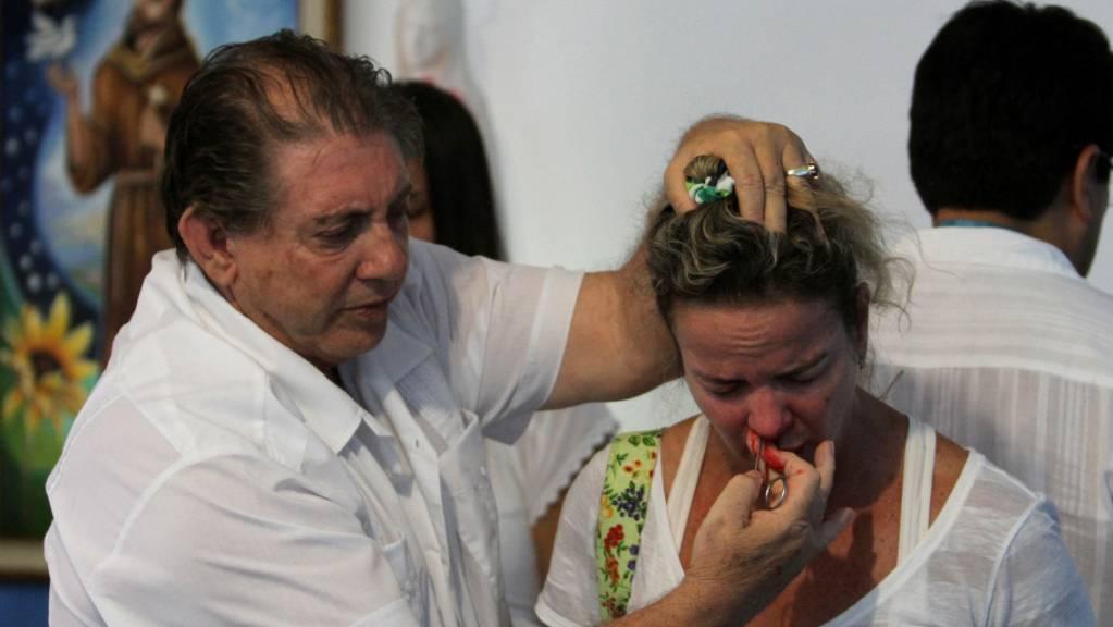 «Wunderheiler» João Teixeira de Faria bei einer spirituellen Operation einer Frau im brasilianischen Abadiania. (Archivbild)