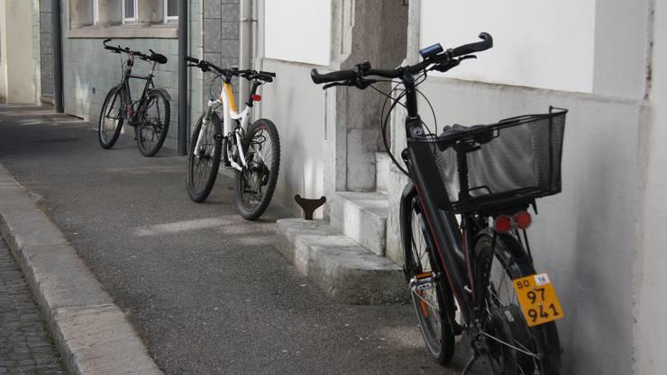 Abstellplätez gibt es überall - auch illegale wie hier an den Fassaden der St. Urbangasse.