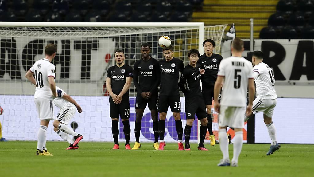 Vor leeren Zuschauerrängen in Frankfurt: Samuele Campo zirkelt einen Freistoss zum 1:0 ins Tor.