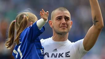 Petric (hier mit Tochter) verabschiedet sich von den HSV-Fans