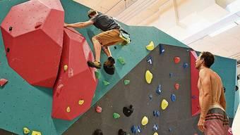 Sie testen die geschraubten Routen: Benjamin Voit (am Klettern) und Tobias Rymann.