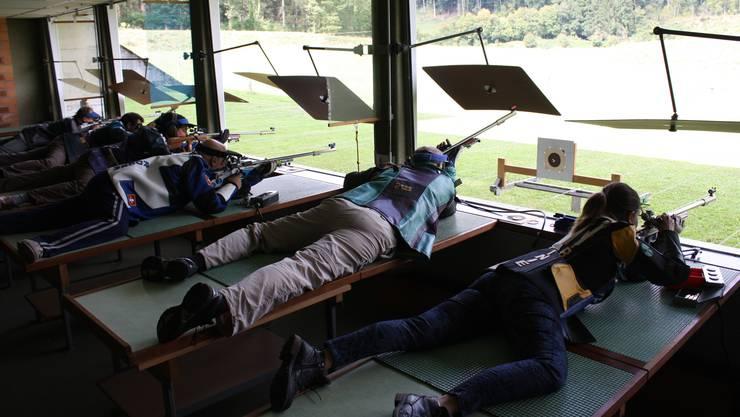 Selber einmal ein Gewehr in die Hand nehmen und die eigene Treffsicherheit testen: Das kann man an diesem Wochenende am Tag der offenen Schützen-Tür in Riehen.