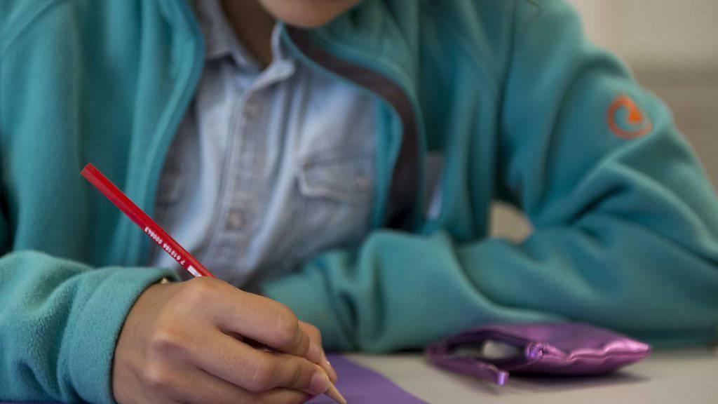 Schülerinnen müssen in Physik mit schlechteren Noten rechnen als ihre Klassenkameraden. Lehrpersonen mit wenig Erfahrung benoten gleiche Leistung unterschiedlich. (Archiv)