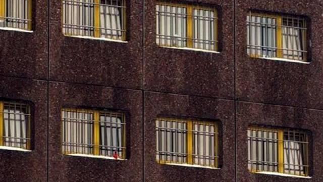 Gefängniszelle statt Hotelzimmer: Einbrecher fragten die Falschen
