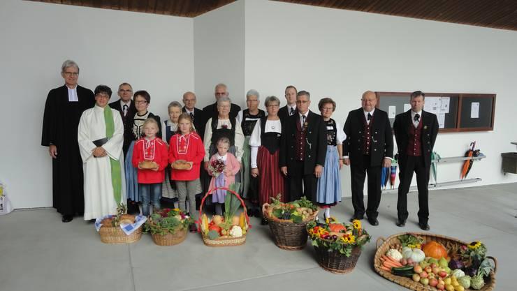 Mitglieder der Trachtenvereinigung Thal trugen Gaben in Weidenkörben in die Kirche, links aussen Pfarrer Burkhard Müller-Ludwig und Pastoralraumleiterin Andrea Allemann. Bild von Rudolf Schnyder.