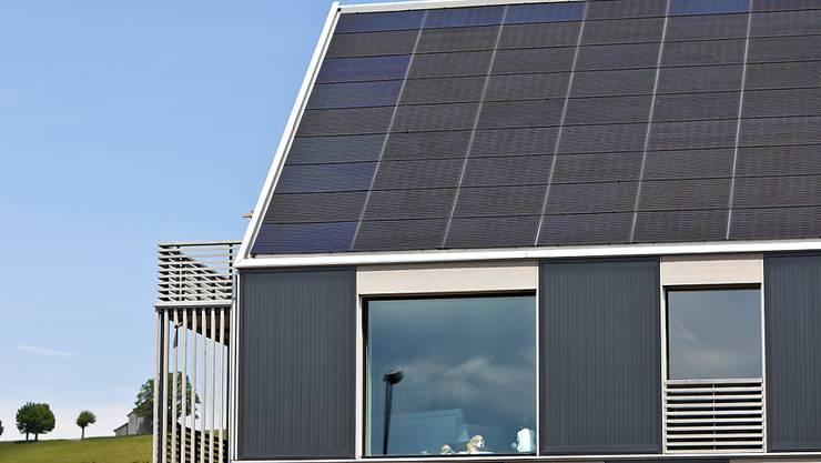 Solarzellen auf Schweizer Hausdächern: Hier steckt laut einer neuen Studie des Bundes noch viel Potenzial. Wird es genutzt, könnten die Kosten für Photovoltaik bis 2050 um die Hälfte sinken. (Themenbild)
