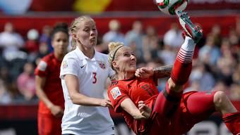 Norwegens Fussballerinnen (links Nummer 3, Marita Skammelsrud Lund) werden von ihrem Verband bald gleich gut entschädigt wie die Männer