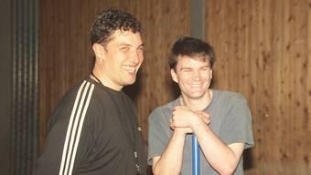 2002: Jürg Brügger (links, mit Assistenztrainer Marco Pina) übernimmt den EHC Urdorf zum ersten Mal als Trainer.