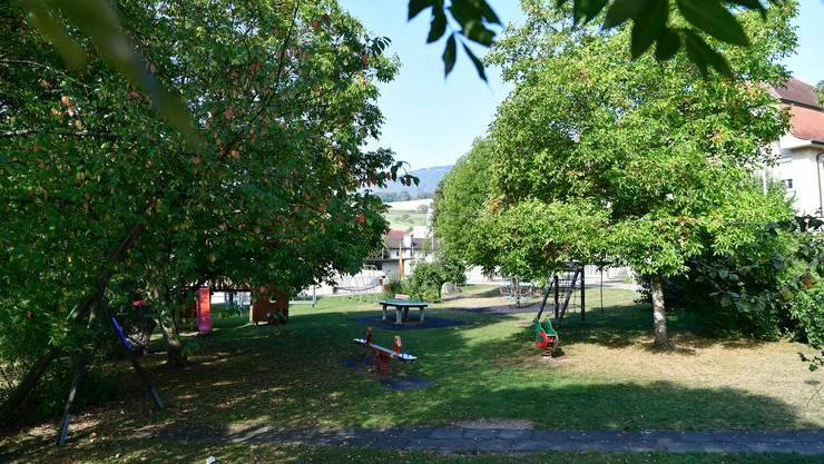 Der Spielplatz bei den Schulanlagen in Laupersdorf wurde vorbildlich in die Natur eingebettet.