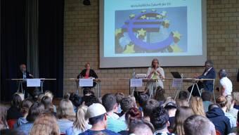 Professor Georg Kreis, Nationalrätin Elisabeth Schneider-Schneiter, Botschafterin Ursula Plassnik und Konrektor Reinhard Straumann (v.l.) diskutieren vor den Schülern des Gymnasiums Münchenstein über die Zukunft der EU.