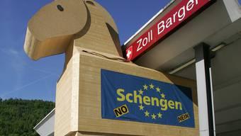 Notfalls will die SVP die Personenfreizügigkeit kündigen. Das Bild stammt aus dem Abstimmungskampf zum Schengen-Abkommen 2005.