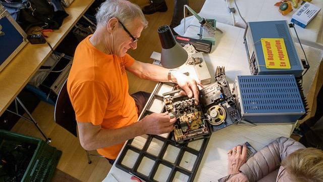 Am Reparaturtag reparieren  freiwillige alles mögliche (Bild von 2016 in Thun).