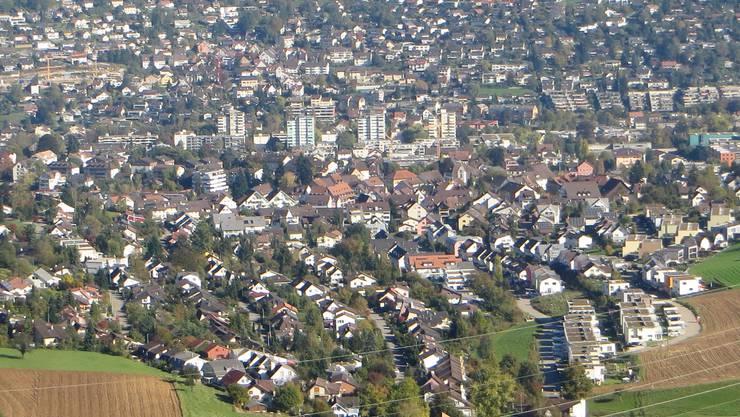 Im Vordergrund Frenkendorf, dann ganz oben Füllinsdorf. Man hat mehr als 10 000 Einwohner, auch Liestal, Nuglar, Pratteln, Giebenach, Arisdorf, Muttenz, Arlesheim  grenzen an diesen beiden Gemeinden. Wir haben auch den Blick in Elsass wie auch nach Südbaden.