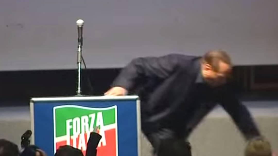 Berlusconi stolpert vom Rednerpult