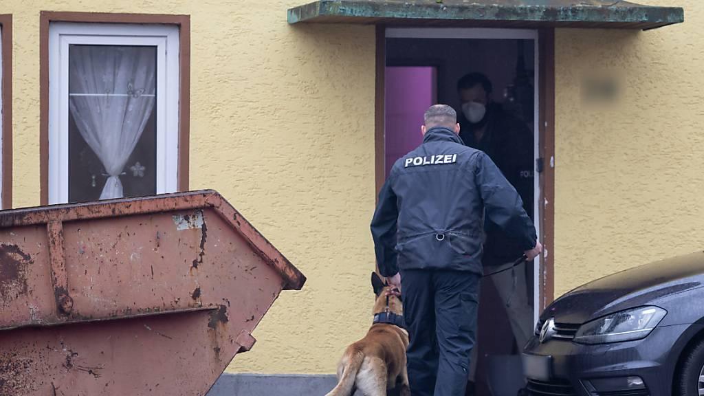 Mit einer großangelegten Razzia ist die Polizei in mehreren Bundesländern gegen ein Neonazi-Netzwerk vorgegangen. Foto: Michael Reichel/dpa-Zentralbild/dpa - ACHTUNG: Die Kfz-Kennzeichen und Hausnummer wurden aus persönlichkeitsrechtlichen Gründen gepixelt.