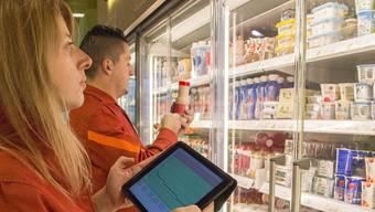 Migros-Mitarbeiter können in Zukunft die Temperatur in den Kühlregalen über das Tablet oder das Smartphone abrufen.