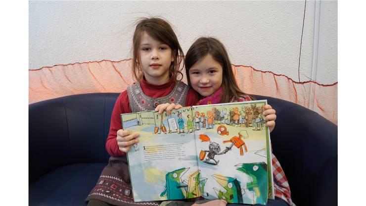Diese zwei Mädchen kannten die Geschichte bereits, haben sie aber gerne noch einmal gehört. Emma (9) und Mila (6) gehen beide zur Schule und lesen gerne.