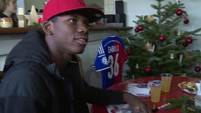 Starstürmer Breel Embolo verkauft Weihnachtsbäume