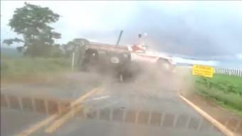 Plötzlich fliegen Pick-up und Beifahrer durch die Luft – ein Autofahrer hielt diesen Horror-Unfall mit seiner Armaturenbrett-Kamera fest.