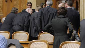 Die Mitglieder der SVP-Bundeshaus-Fraktion stecken die Köpfe zusammen während der Sitzung der Vereinigten Bundesversammlung, am Mittwoch, 12. Dezember 2007, im Bundeshaus in Bern. Dem Tag, an dem Blocher abgewählt wurde.