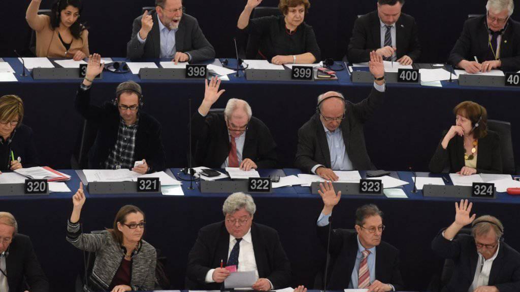 """""""Problematisch"""", Blanko-Scheck"""", """"Ablasshandel"""": Das EU-Parlament ist unzufrieden mit der Abmachung, die am EU-Gipfel mit der Türkei vereinbart wurde."""