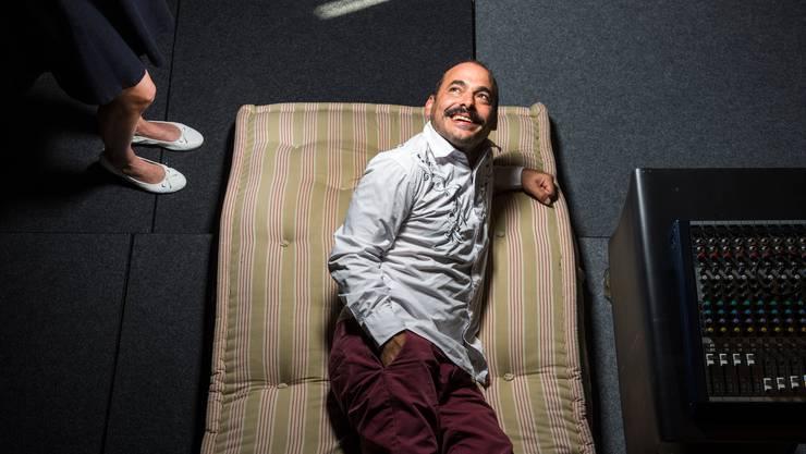 Der Schalk sitzt ihm im Nacken: Medienkünstler Mike Bonanno im Zürcher Theater Neumarkt.