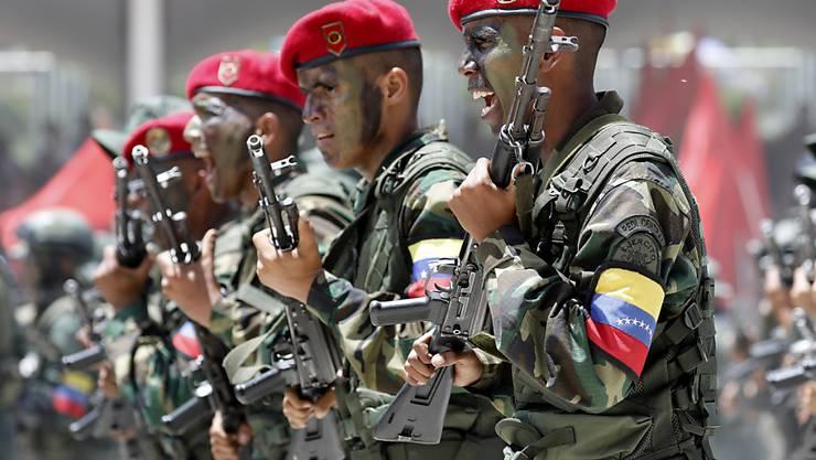Venezolanische Soldaten bei einer Parade in der Hauptstadt Caracas Anfang Juli. (Archivbild)