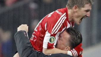 Bastian Schweinsteiger lässt sich von Trainer Louis van Gaal feiern