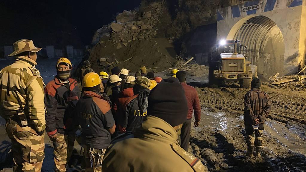 Ein riesiger Gletscher war am 07. Februar von einem Berg in den Himalayas abgebrochen und in einen Fluss gestürzt. Foto: Rishabh R. Jain/AP/dpa