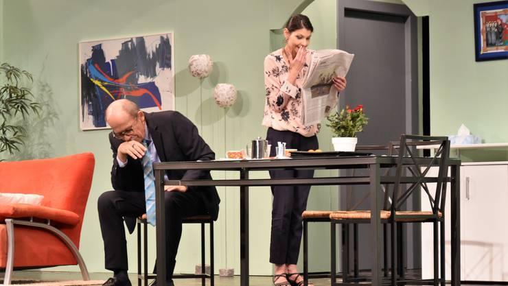 Schock: Dr. Fritz Ziegler (Peter Rathgeb) und seine Frau Irene (Andrea Keller) entdecken ihre Tochter in der Zeitung – füdliblutt!