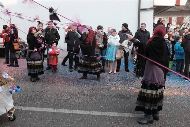 Die Leute vom Häxechessu tanzen im Reigen und - ob sie wohl noch jemanden umgarnen wollen?