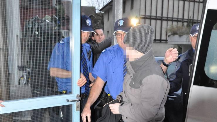 Der Dirnenmörder im November 2011 auf dem Weg ins Bezirksgericht Aarau, als das Jugendgericht über ihn urteilte.